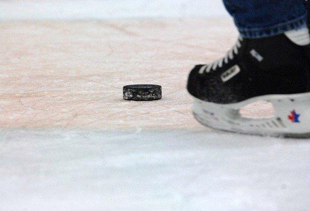Чешский хоккейный арбитр скончался после попадания шайбы вголову