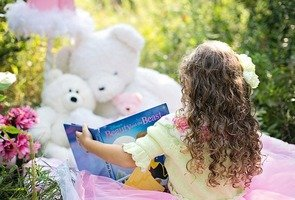 Little-girl-reading-912380_640