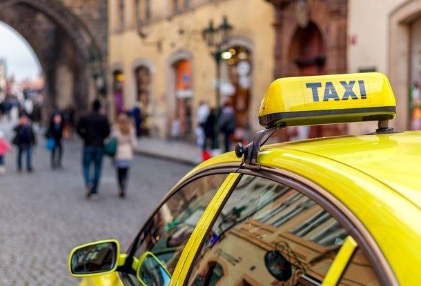 Восемь пьяных иностранцев напали на таксиста в Праге